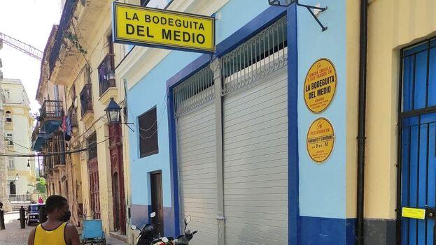 """La Bodeguita del Medio, que se vende a los turistas como """"la cuna del Mojito"""", está ubicada en la calle Empedrado, un lugar privilegiado de la capital. (14ymedio)"""