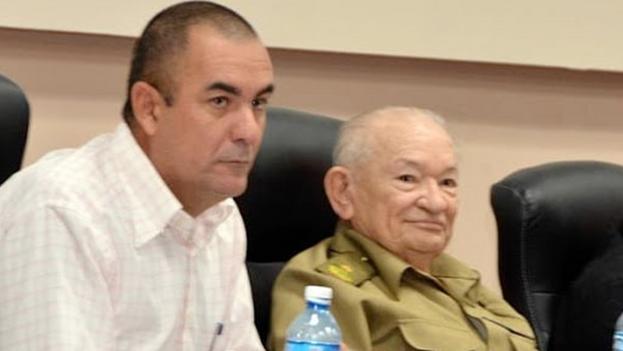 Ydael Pérez Brito (i), junto al comandante de la revolución, Guillermo García Frías (d). (ACN)