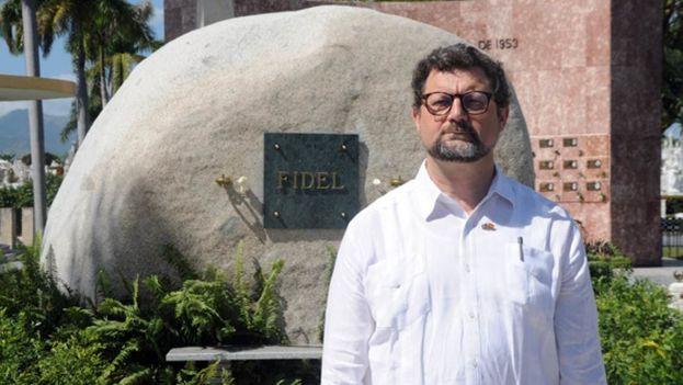 ¿Fue decisión del embajador español  Juan José Buitrago ir al cementerio de Santa Ifigenia y depositar flores en el monolito que guarda las cenizas de Fidel Castro? (Sierra Maestra)