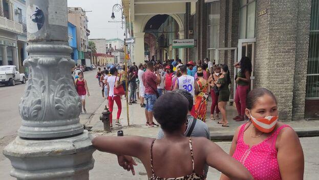 Muchos cubanos no han podido cambiar sus CUC por la pandemia, dicen las autoridades. (14ymedio)
