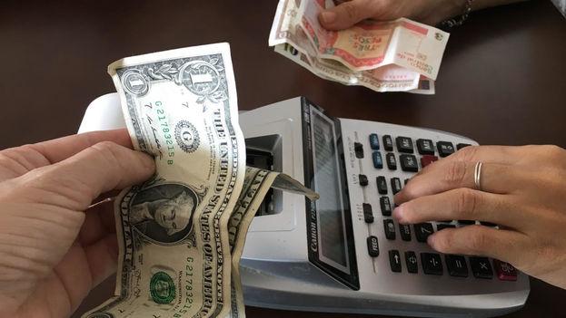 El cambio oficial que rige sobre la moneda estadounidense resulta muy desfavorable. En las casas de cambio, cada dólar se cotiza en 0,87 centavos de CUC. (14ymedio)