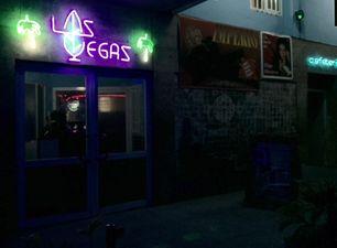 """El Cabaret Las Vegas uno de los sitios donde los turistas """"marcan"""" a pingueros, jineteras y más. (14ymedio)"""