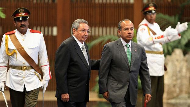 El expresidente Felipe Calderón recibido en el Palacio de la Revolución por Raúl Castro en una imagen de archivo. (EFE)