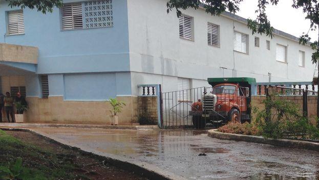 """Cuando la policía detiene un vehículo puede retenerlo durante los dos o tres meses que dura la investigación. El camión que maneja Eduardo Ramos está """"guardado"""" en la Estación de Alquízar. (14ymedio)"""