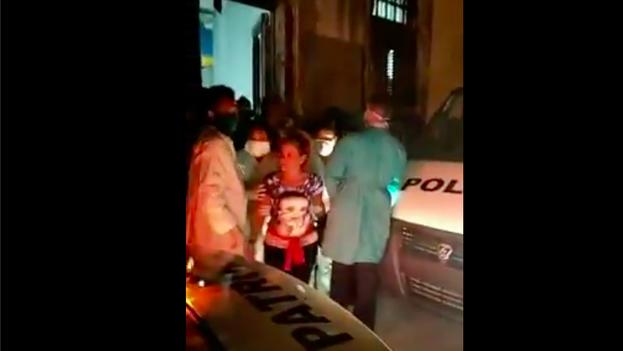 Captura del vídeo del desalojo publicado por la página oficialista 'Razones de Cuba'.