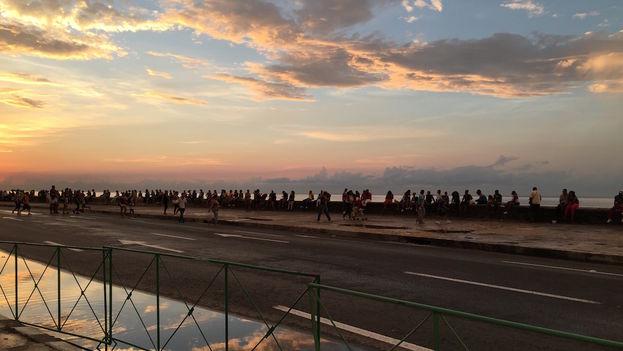 El muro del Malecón funciona como una largo banco de parque donde muchos buscan la brisa marina y escapan del calor del verano