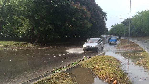 Carreteras inundadas en La Habana después de las lluvias de este miércoles. (14ymedio)