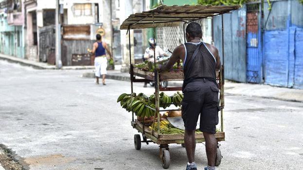 Carretillero en una calle de La Habana. (CC)