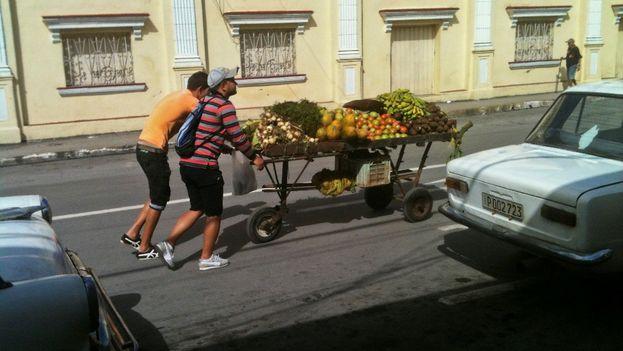 Carretilleros llevan sus productos por la calle Colón, a un costado del teatro Milanés en la ciudad Pinar del Río. (14ymedio)
