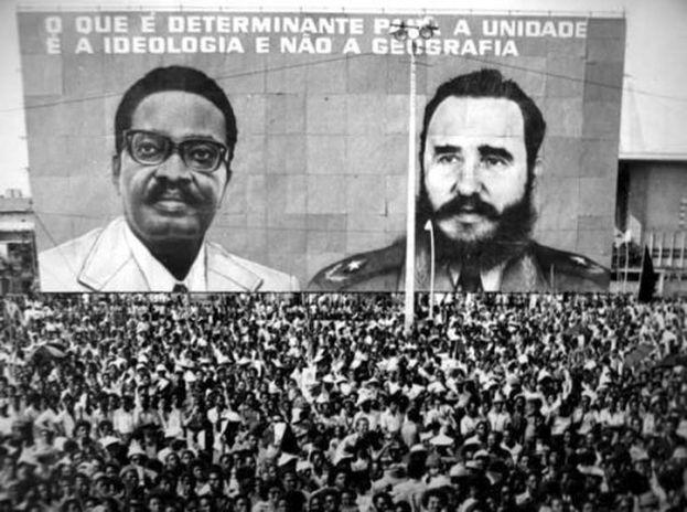 """Cartel de apoyo a Agostinho Neto y Fidel Castro en Angola """"Lo que es determinante para la unidad es la ideología no la geografía"""". (CC)"""