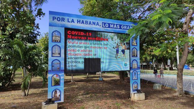 Cartel digital a la entrada de la heladería Coppelia, en La Habana, advirtiendo de las nuevas prohibiciones por el aumento de covid en la capital. (14ymedio)