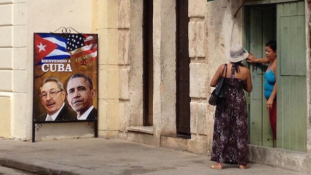 La paladar La Moneda Cubana expone un cartel para dar la bienvenida al presidente Obama, quien llegará a la Isla este domingo en la tarde y asistirá ese mismo día a varias actividades culturales en La Habana Vieja
