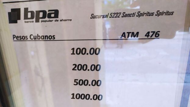 Cartel que anuncia la emisión de billetes de alta denominación en los cajeros de Sancti Spíritus. (14ymedio)