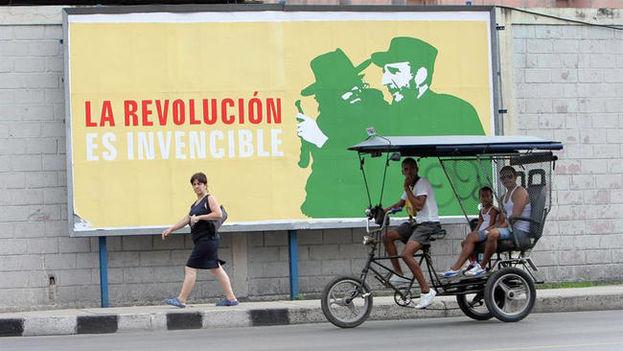 Cartel en una calle de La Habana. (EFE)