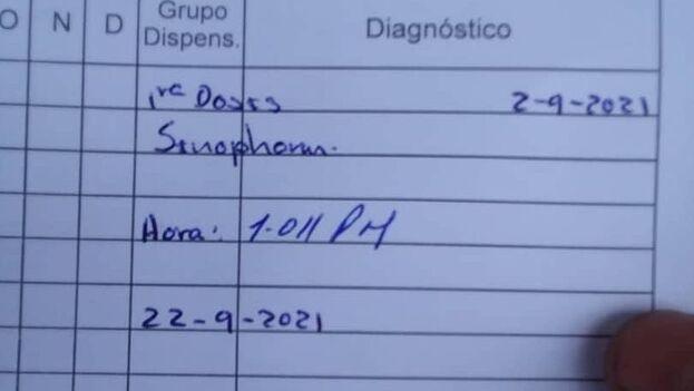 Cartilla de vacunación en la que se consigna la aplicación de la primera dosis del antídoto chino. (14ymedio)