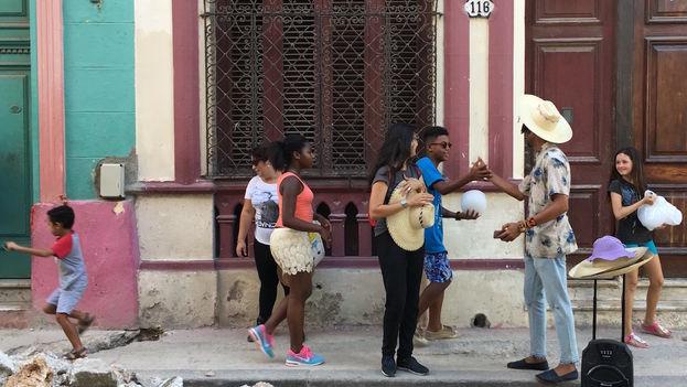 Casamayor rompe con el monótono reggaetón que se escucha diez minutos antes de las 5 entre las calles Belascoaín y San Lázaro. (14ymedio)
