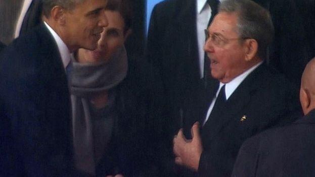 Raúl Castro y Barack Obama se saludan por primera vez en los actos por los funerales de Nelson Mandela, en Sudáfrica
