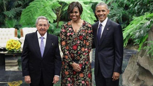 Raúl Castro junto al presidente Barack Obama y la primera dama Michelle Obama. (EFE)