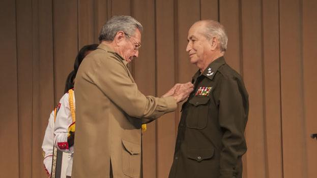 Raúl Castro condecora a Carlos Fernández Gondín, quien falleció este sábado. (Archivo)