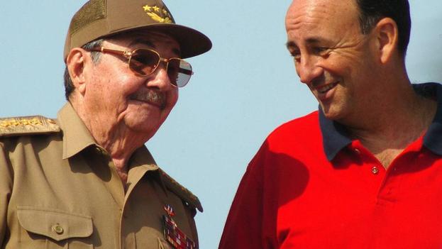 El presidente Raúl Castro con Carlos Lage, entonces vicepresidente del Gobierno, cuando todo era aún complicidad. (EFE)