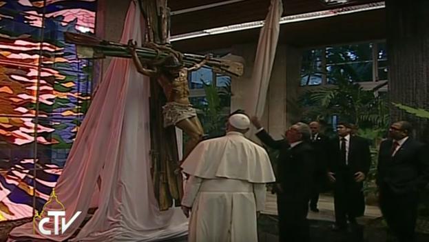 Raúl Castro le regaló al Papa Francisco una gran escultura de un crucifijo hecho de remos por el artista Kcho. (Centro Televisivo Vaticano/Youtube)