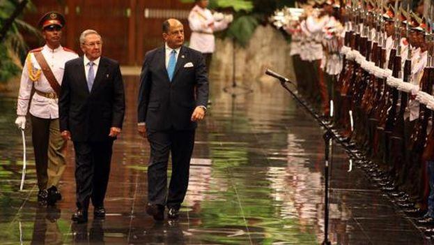 El presidente Raúl Castro recibe a su homólogo de Costa Rica, Luis Guillermo Solís, este martes en la sede del Consejo de Estado. (EFE/Ernesto Mastrascusa)