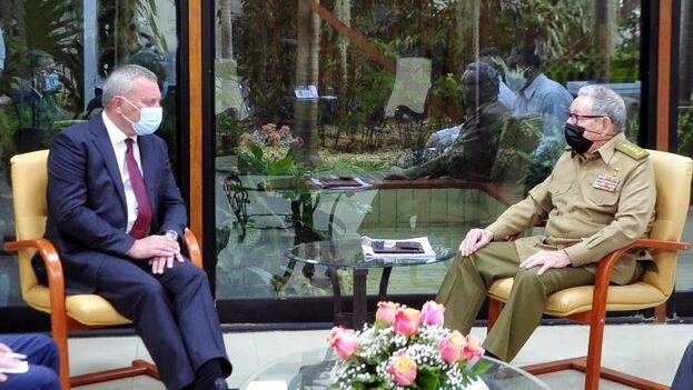 Raúl Castro junto a Yuri Ivanovich Borisov, que le hizo entrega de las réplicas de las medallas concedidas en su día por la URSS a Fidel Castro Ruz. (Granma)