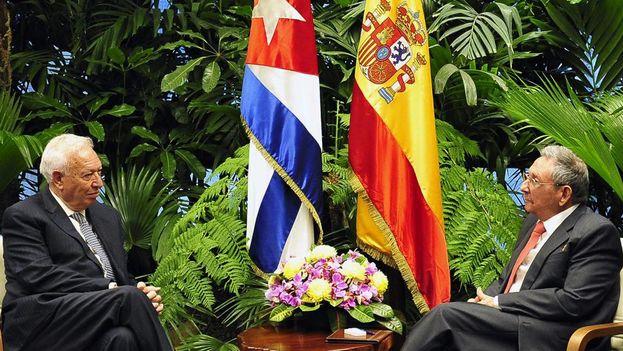 El gobernante cubano, Raúl Castro, recibe al canciller español, José Manuel García-Margallo. (EFE)