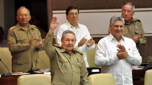 El actual presidente cubano, Raúl Castro, acompañado por su delfín político, Miguel Díaz-Canel, durante un acto en el Parlamento nacional. (EFE)