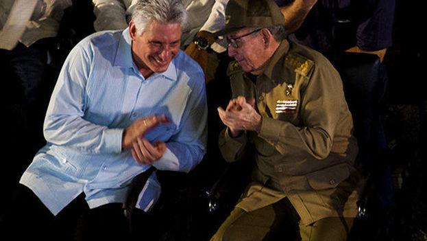 El exgobernante Raúl Castro junto al presidente Miguel Díaz-Canel en Santiago de Cuba. (Granma)