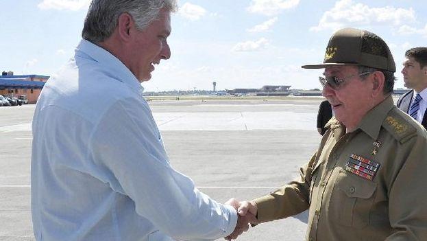 Raúl Castro recibe al presidente Miguel Díaz-Canel en el aeropuerto a su llegada de Venezuela. (@CubaMINREX)