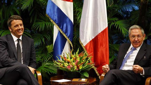 Matteo Renzi junto a Raúl Castro en el Palacio de la Revolución este miércoles. (EFE/Alejandro Ernesto)