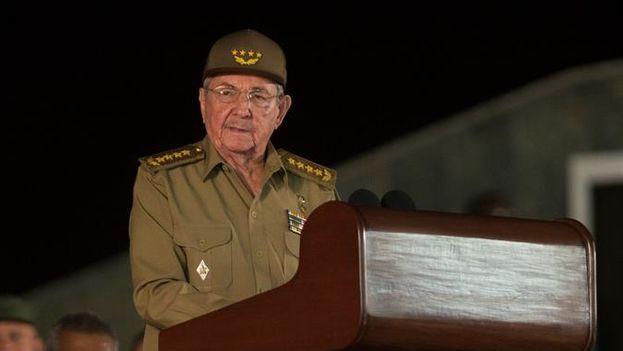 Raúl Castro habla durante la ceremonia de despedida a Fidel Castro este sábado en la Plaza de la Revolución Antonio Maceo de Santiago de Cuba. (EFE)