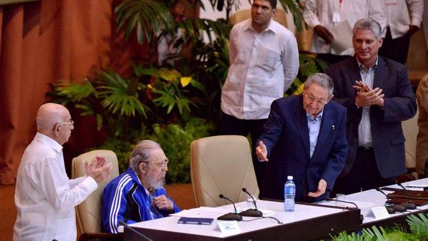 El presidente cubano, Raúl Castro, y el exmandatario Fidel Castro, este martes en el VII Congreso del PCC. (EFE)
