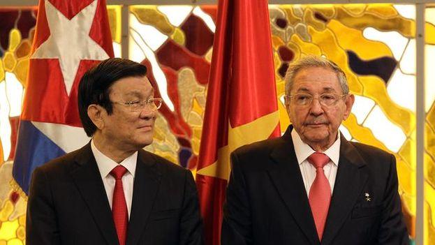El presidente de Cuba, Raúl Castro posa junto al expresidente de Vietnam, Troung Tan Sang. (EFE Archivo)