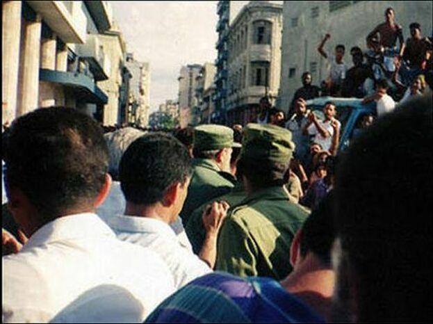 Castro tuvo la habilidad de enfrentar a civiles contra civiles para evitar la imagen de los militares uniformados golpeando a la población. (Karel Poort)