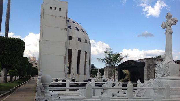 El mausoleo levantado para albergar los restos de Catalina Lasa y Juan Pedro Baró presenta ahora este lamentable estado. (14ymedio)
