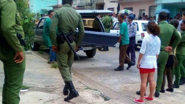 Los cuerpos de Tomasa Causse Fabat, una enfermera de 64 años y su hija, Daylín Najarro Causse, de 36 años, asesinadas por una expareja sentimental de Najarro, son llevados a Medicina Legal en Cienfuegos. (14ymedio)