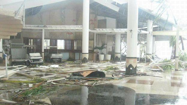 """El hotel Cayo Coco seriamente dañado por el huracán Irma y en especial el mural """"Los flamencos"""" creado pro el artista Armando Tejuca. (Facebook)"""