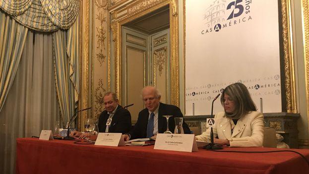 Rafael Rojas, Velia Cecilia Bobes y Carlos Malamud este miércoles en la Casa de América de Madrid durante la presentación del libro del primero. (@FernandezAriasF)