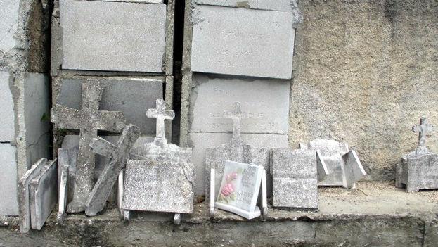 Lápidas rotas en el cementerio de Mayabe, Holguín. (14ymedio)