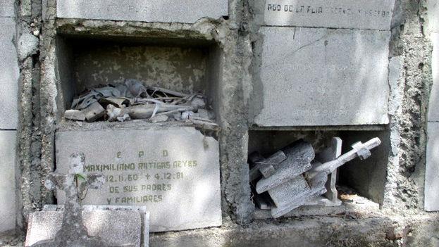 Aquí y allá se ven restos al aire en los descuidados nichos de Mayabe. (14ymedio)