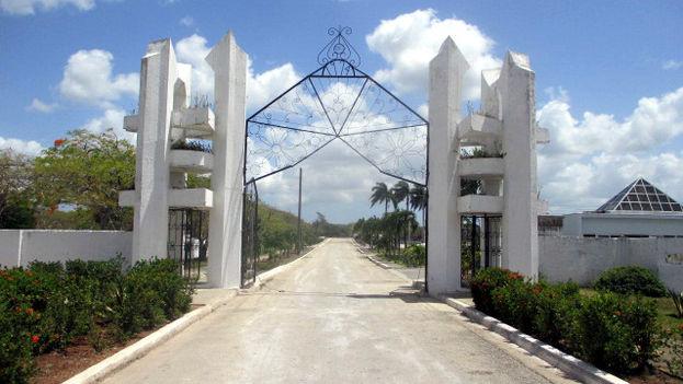 Puerta del camposanto de Mayabe, Holguín, uno de los más grandes de la Isla. (14ymedio)