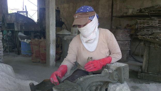 La alfarería de cemento es un trabajo fuerte, pero deja ganancias, según sus artesanos. (14ymedio)