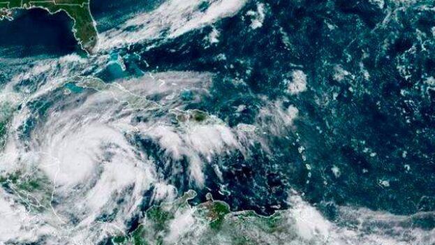El Centro Nacional de Huracanes emitió un aviso de vigilancia de tormenta para Bermudas. (NHC)