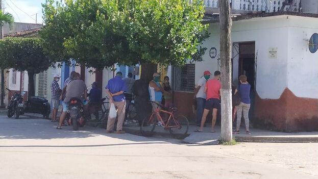 En la farmacia de la calle Céspedes, en Sancti Spíritus, los clientes comienzan a hacer fila desde la madrugada. (14ymedio)