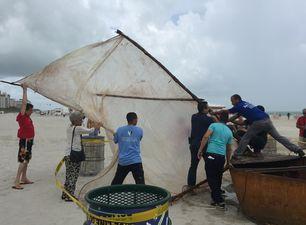 Una residente de Miami Beach decidió llevarse la embarcación a casa para preservar la historia de los balseros cubanos. (14ymedio)