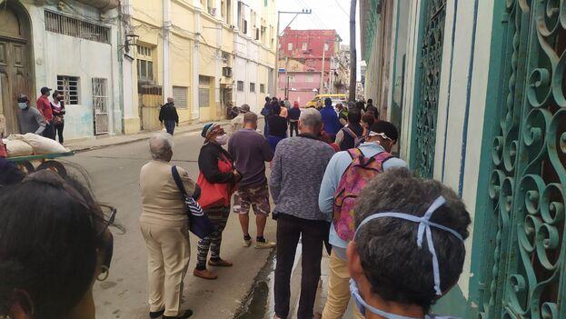 """Cientos de agentes encubiertos vigilan por estos días las filas, con la misión de detectar """"comentarios contrarrevolucionarios"""". (14ymedio)"""