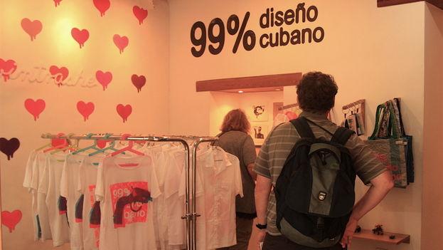 """La oferta de la tienda virtual incluye seis diseños de camisetas, entre los que hay algunos con la frase """"99% Cuban Design"""", un eslogan que define a Clandestina. (14ymedio)"""
