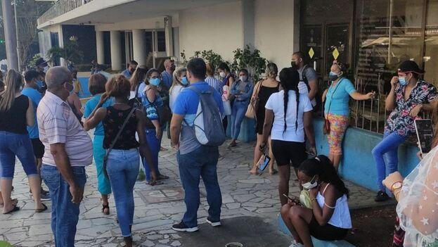 Clientes haciendo una cola este viernes para entrar a la Agencia de Viajes Cubatur ubicada en los bajos del hotel Habana Libre en la capital. (14ymedio)